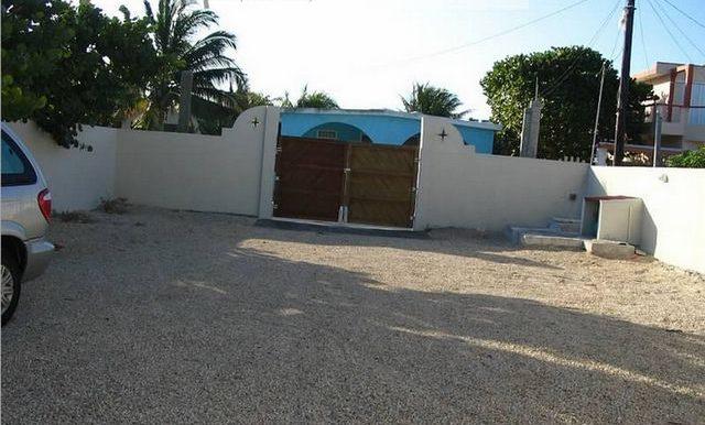 huge-drive-way-and-gate-beachfront-house-chuburna-800x600-web
